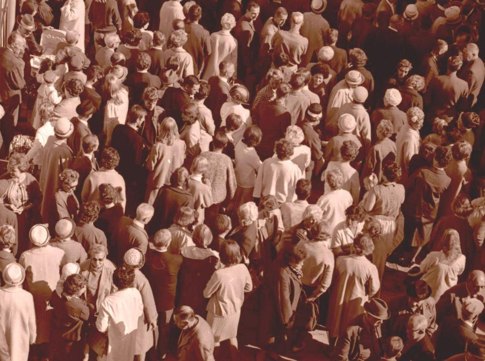 Stor folkmassa på torget 1965. Foto Studio Aarni.