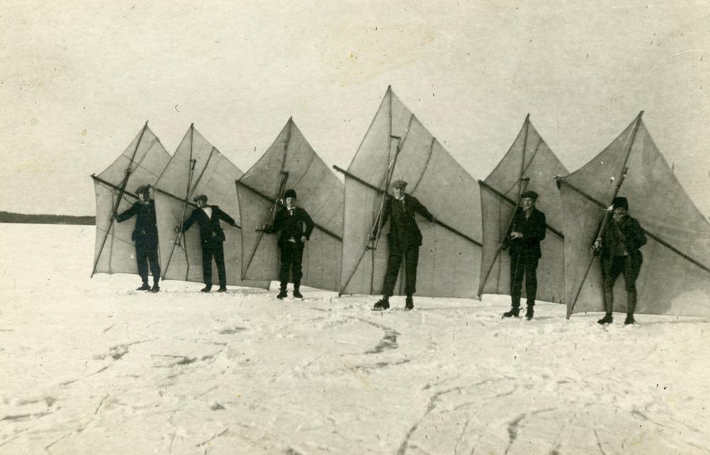 Isseglare på Mälaren med segel på ryggen och skridskor på fötterna 1920-tal. Foto okänd.