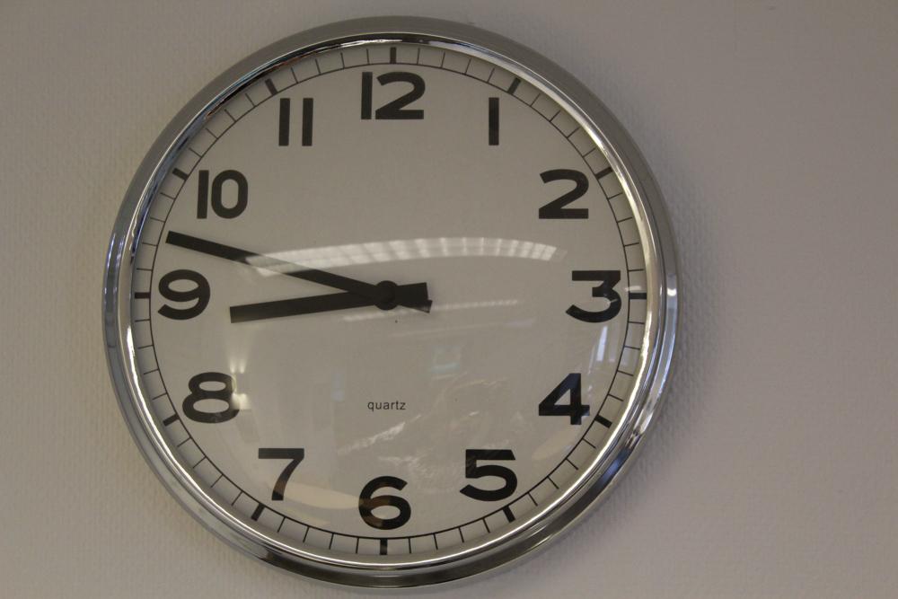 Bild på klocka i skolsal från projektet Ungas digitala minnen klocka. Foto Agent.