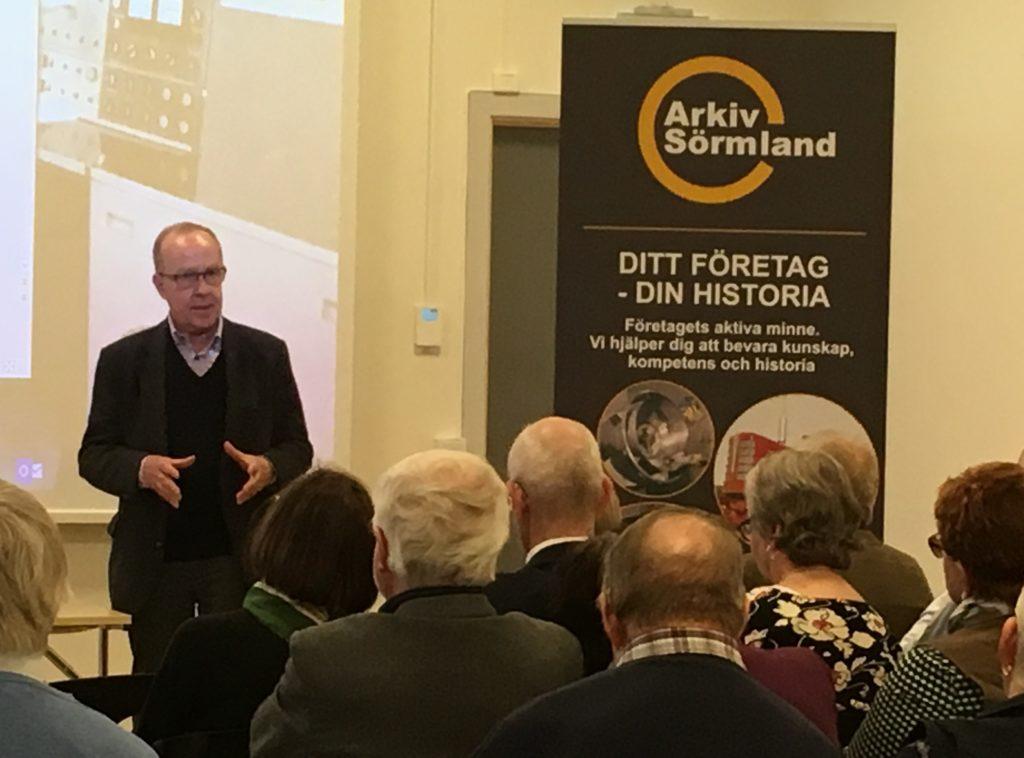 Arkivpristagaren Ragnar Boman berättar om arbetet med sin bok om AB Järnförädling i Hälleforsnäs. Foto: H Karlssson