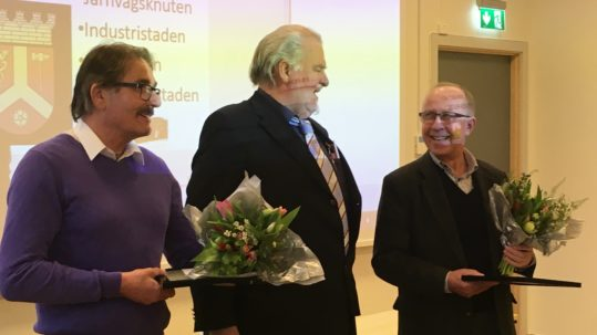 Avgående ordföranden Henrik Elmberg delar ut blommor och diplom till arkivpristagarna Roland Blomkvist och Ragnar Boman.