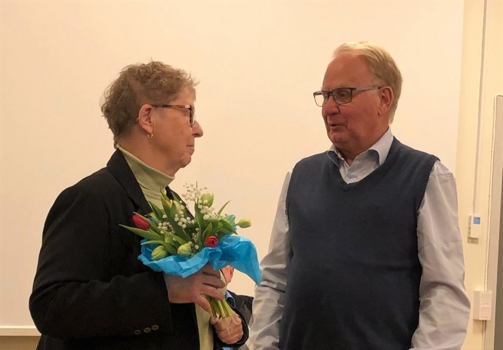 Nya ordföranden Ulla-Britt Larsson avtackar avgående styrelseledamoten Rolf Persson. Foto Lena Grahn/Arkiv Sörmland
