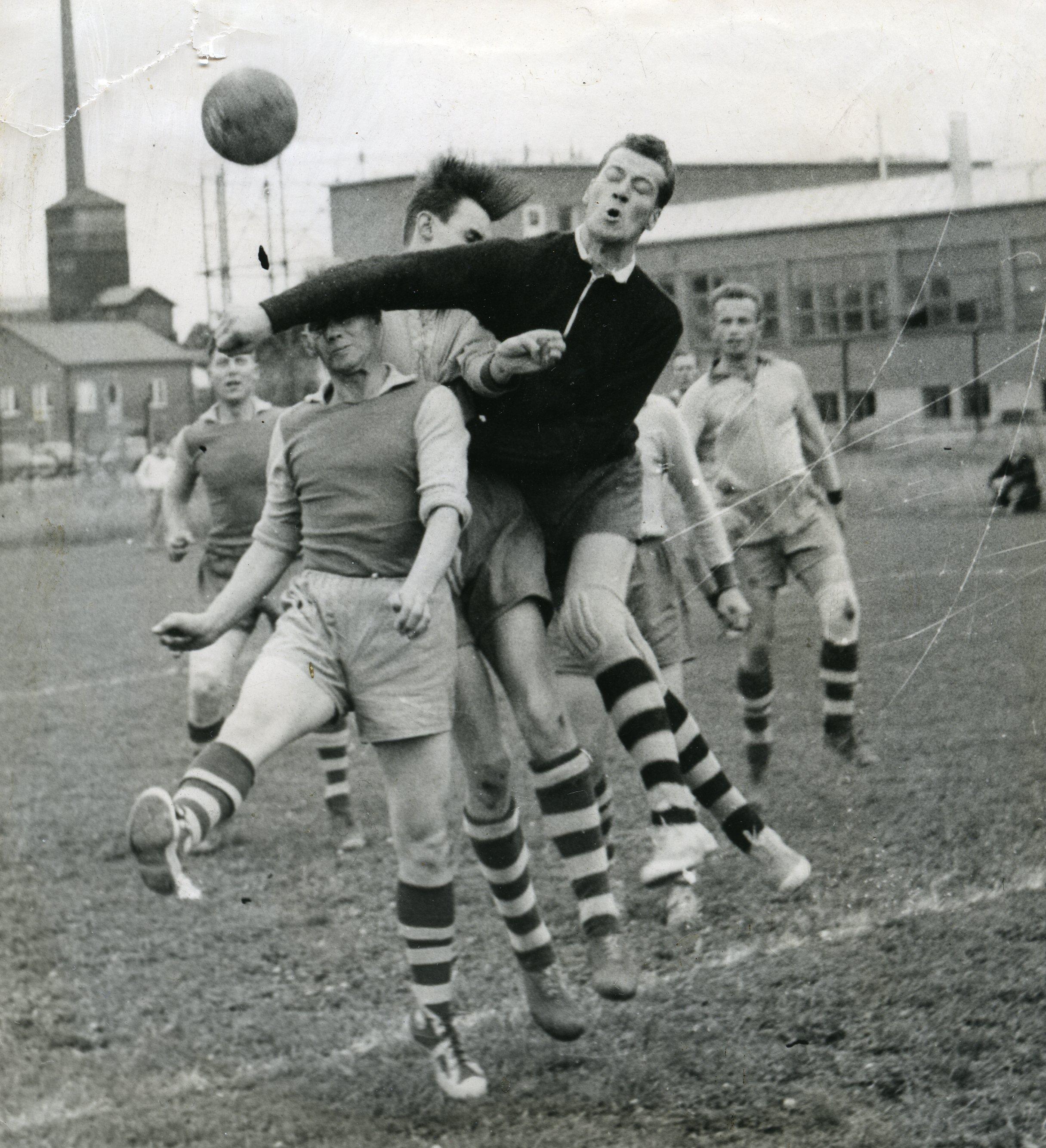 Kamp om fotbollen. Foto: okänd. IF Sveas arkiv.