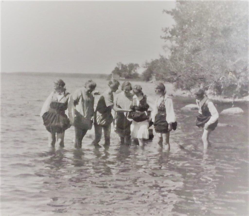Godtemplarflickor badar fötterna i Öljaren 1925. Foto: okänd. SGU:s arkiv, ESA