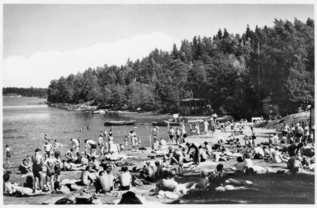 Fullt på stranden vid Vivesta-badet 1960. Foto: okänd. Järnvägsmuseet/DigitaltMuseum