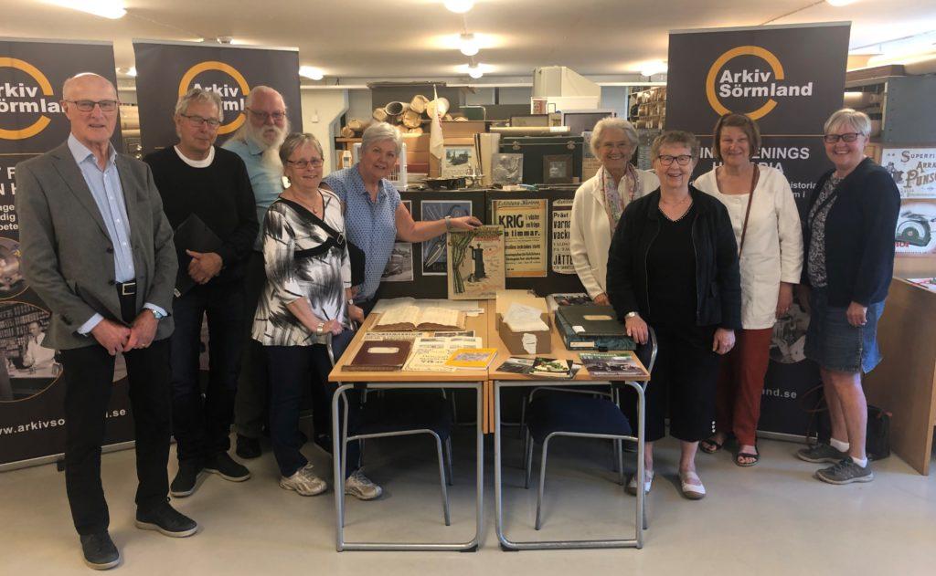 Delar av Arkiv Sörmlands styrelse samlade i arkivdepån i juni 2019. Foto: Theo Erbenius