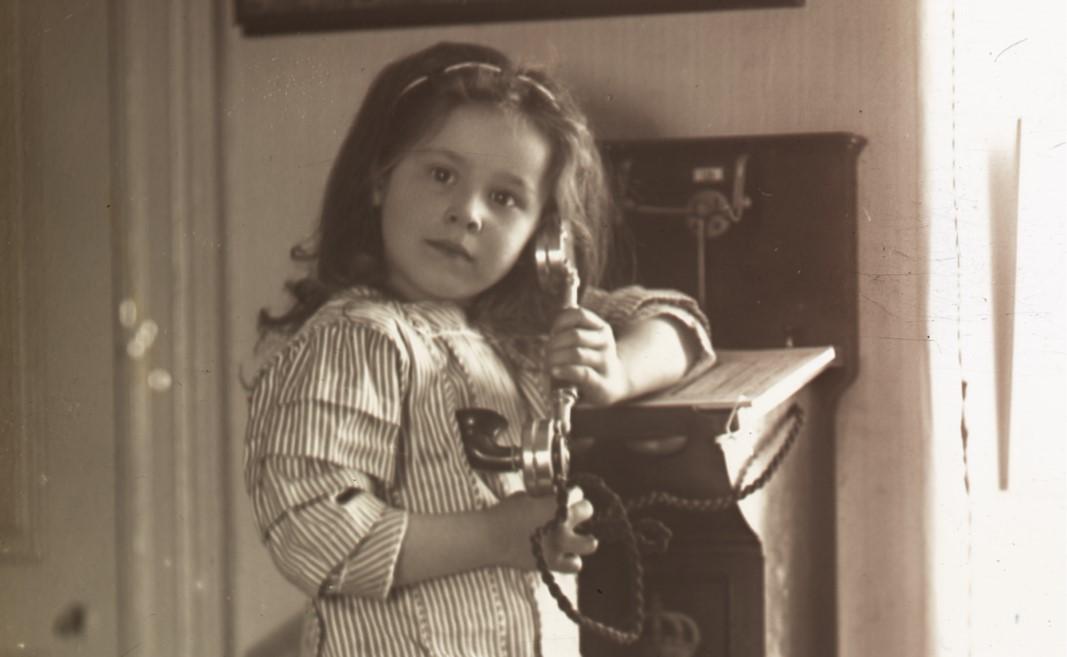 Flicka med gammaldags telefon. Foto: Knut Brydolf