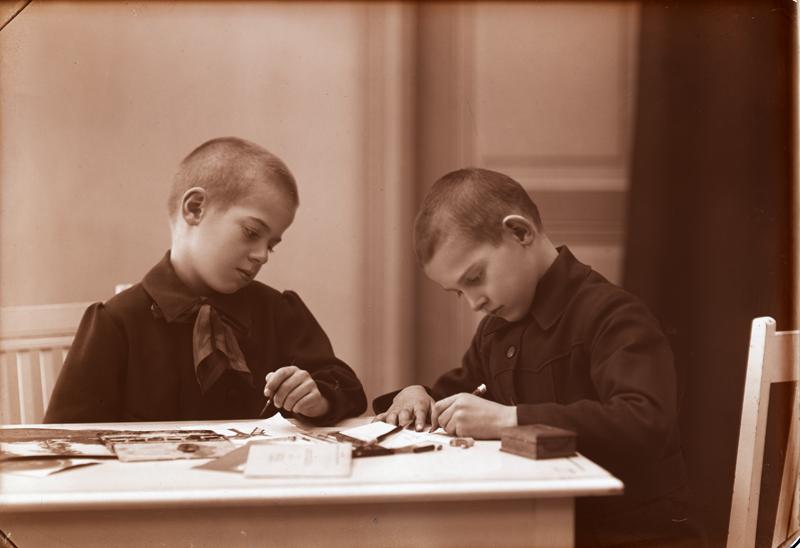 Pojkar studera flitigt vid bord, ca 1910- eller 20-tal. Foto: Knut Brydolf