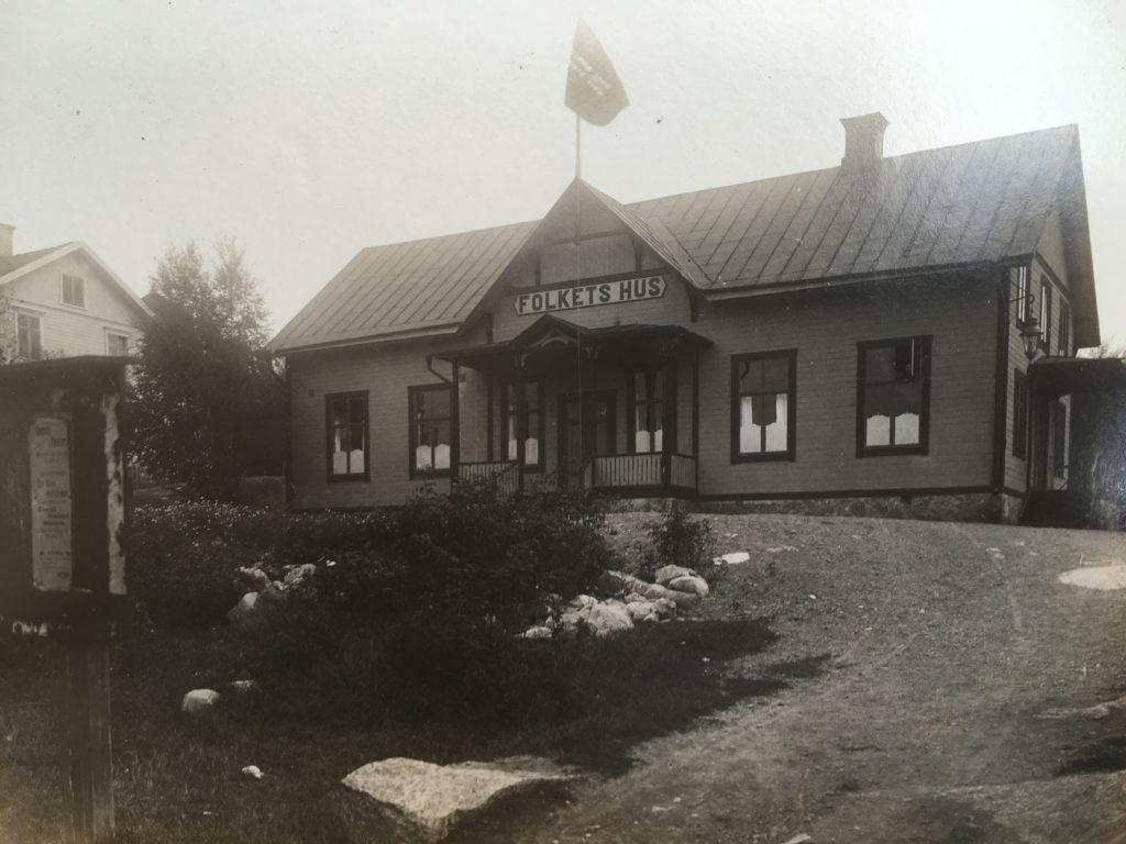 Exteriör från Folkets hus i Gnesta u å. Foto: okänd. Folkets hus Gnestas arkiv, Gnesta kommunarkiv.