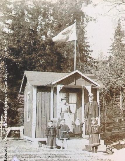 Familjen Eriksson framför sin kolonistuga, den första i Dalgången, ca 1910. Foto: okänd. Koloniföreningens arkiv
