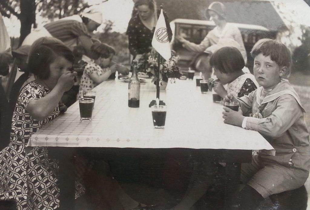 Saftkalas vid barnkolonin troligen 1920-tal. Foto: okänd. SGU:s arkiv, Eskilstuna stadsarkiv