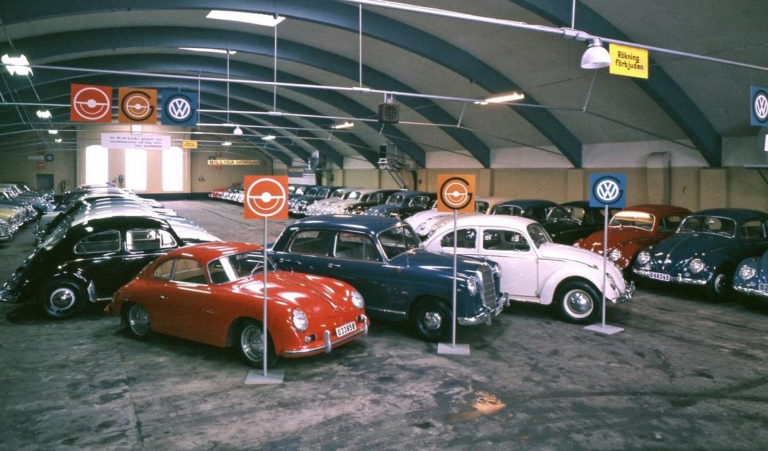 Bilhallen hos Alvenius med skinande folkvagnar 1963. Foto: Studio Roland, Arkiv Sörmland