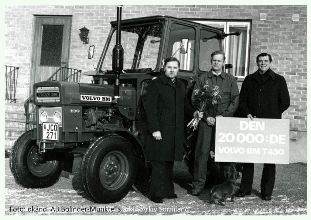 Ett högtidligt överlämnande i Skåne. Lantbrukare Ivan Sonesson mottager sin nya Volvo BM T 430 med tillverkningsnummer: 20.000 av SLMA:s representanter. Foto okänd. BM:s arkiv, Arkiv Sörmland