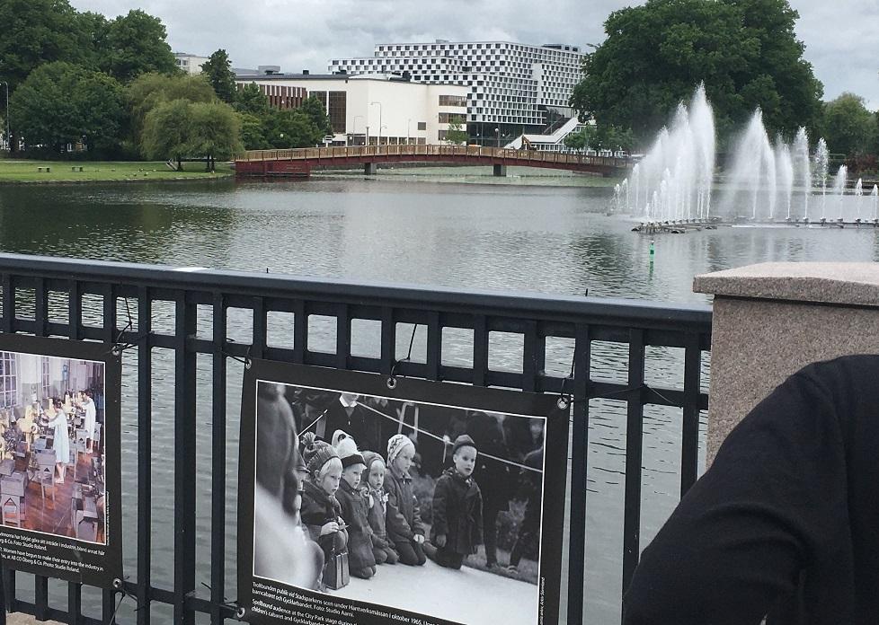 Uppsättning av staketbilder på Nybron foto H Karlsson